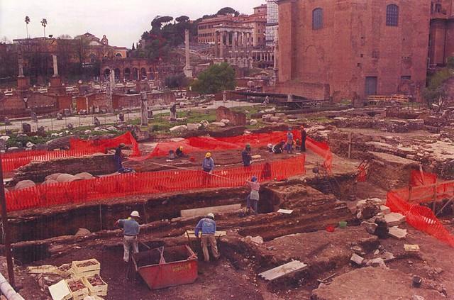 ROMA ARCHEOLOGICA & RESTAURO ARCHITETTURA:  Roma: Operai lavoro ai Fori, sotto la guida dei tecnici e degli esperti della Sovraintendenza. Foto: Gianni Napoli | ADNKRONOS, (aprile 1999).