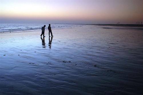 sunset people india beach silhouette twilight shore walkers contrejour gujarat strollers mandvi beachcombers seashote kutchh wowiekazowie ysplix backlightingdusk