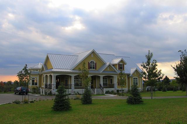 grande maison jaune avec toit gris p le sur la montagne flickr photo sharing