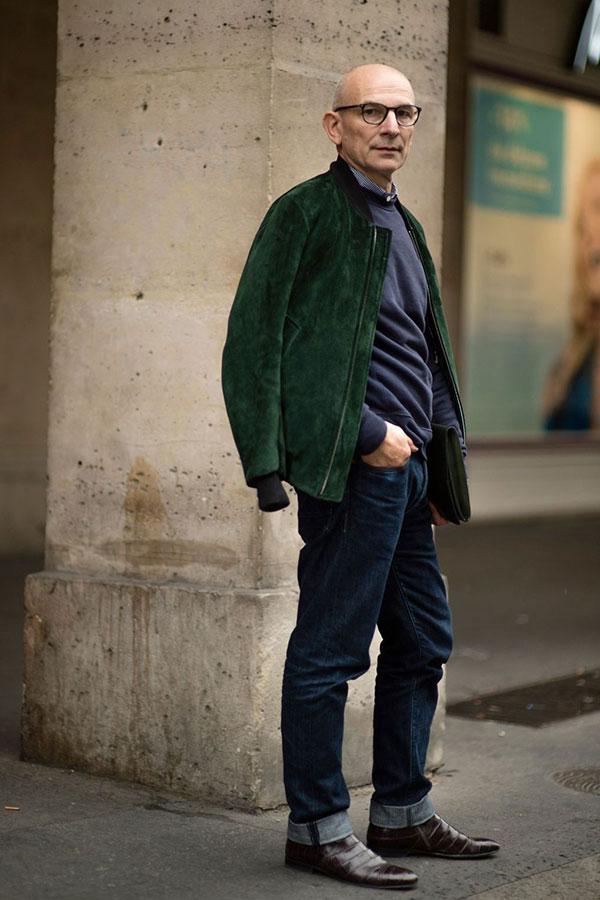 グリーンスエードブルゾン×シャツ×紺トレーナー×デニムパンツ×ブラウンブーツ