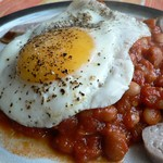 baked beans on toast with sausages and fried egg - gebackene Bohnen mit Tomaten, Knoblauch und Würstchen
