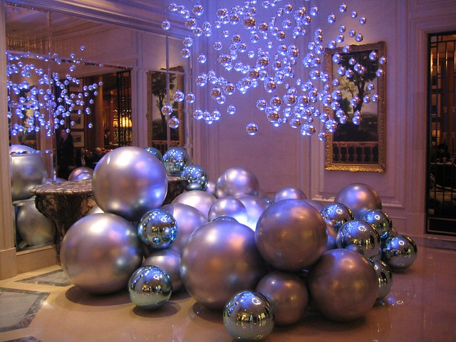 Holiday decor at the four seasons george v paris france for 4 seasons decoration