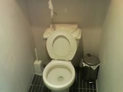urinal(0.0), ceramic(0.0), sink(0.0), toilet(1.0), room(1.0), plumbing fixture(1.0), toilet seat(1.0), circle(1.0), bidet(1.0),