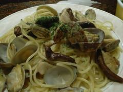vegetarian food(0.0), fettuccine(0.0), carbonara(0.0), spaghetti alle vongole(1.0), spaghetti(1.0), pasta(1.0), clam sauce(1.0), spaghetti aglio e olio(1.0), linguine(1.0), produce(1.0), food(1.0), dish(1.0), european food(1.0), cuisine(1.0),
