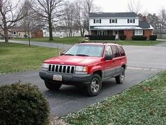 jeep cherokee (xj)(0.0), automobile(1.0), automotive exterior(1.0), sport utility vehicle(1.0), vehicle(1.0), compact sport utility vehicle(1.0), jeep grand cherokee(1.0), jeep(1.0), bumper(1.0), land vehicle(1.0), luxury vehicle(1.0),