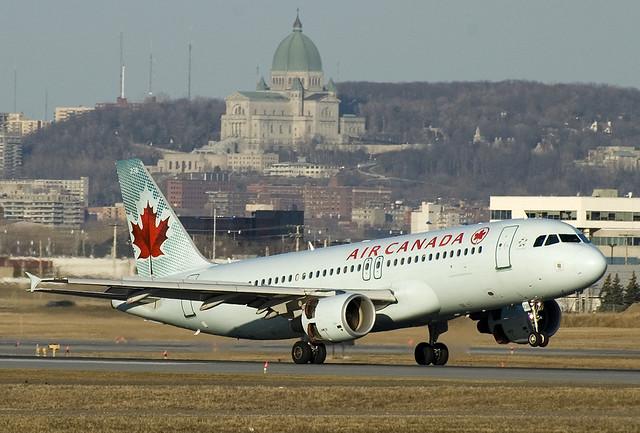 Air Canada Plane by https://www.flickr.com/photos/bribri/