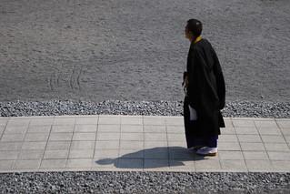 Image of Nishihongwanji Temple. shadow japan geotagged temple kyoto 京都 日本 priest hongwanji 京都市 京都府 nishihongwanji mrhayata geo:lat=349919767 geo:lon=1357519228