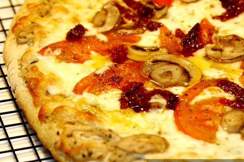 pizza   hot from oven   vegan garlic cream sauce    MG 1680