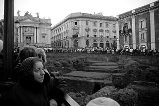 Anfiteatro Romano 的形象. people italy festival italia crowd sicily amphitheater catania sicilia piazzastesicoro anfiteatro festeggiamenti santagata stagatha folla anfiteatroromano