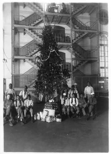 Christmas Tree at DC District Jail - 1929 (photo: Library of Congress via pingnews/flickr)