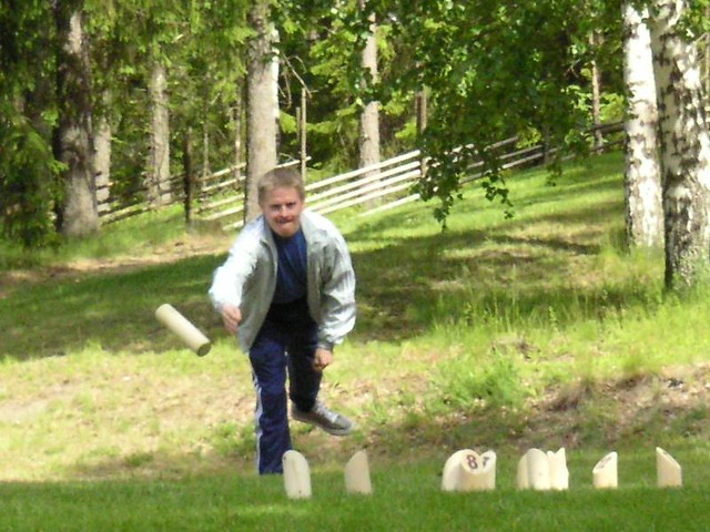 A man throwing mölkky