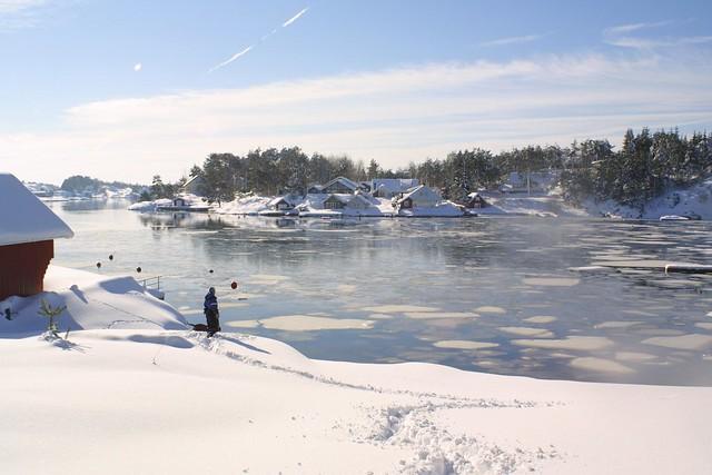 Stranda i Trossestien dekt av snø