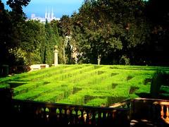 'Entra, saldrás sin rodeo  el laberinto es sencillo  no es menester el ovillo  que dio Ariadna a Teseo.'    Laberint d'Horta. Barcelona.