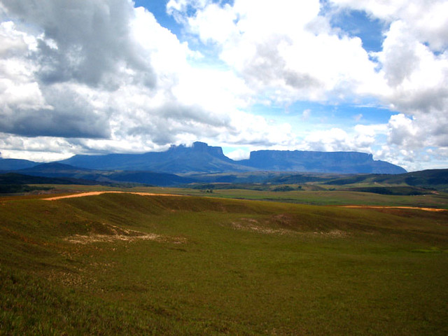 kukenan and roraima from the road