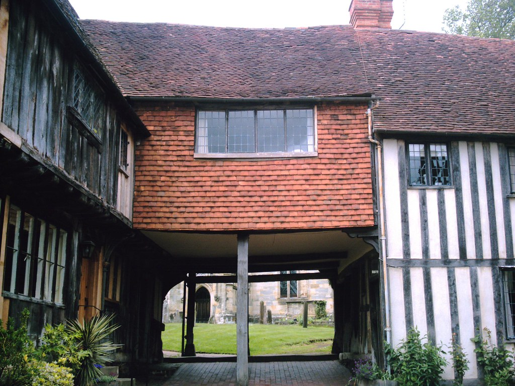 Penshurst Cottage on Stilts: entrance to churchyard of St. John the Baptist, Penshurst. Photo taken by D.Allen on a Vivitar 5199 5mp