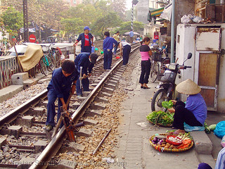 8601 - vietnam - Workers on train tracks in Hanoi (Vietnam)