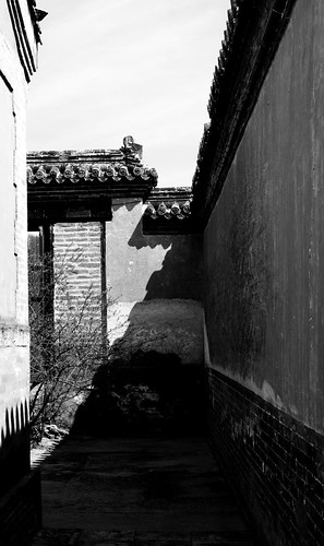 shadow bw architecture alley mongolia monastery habitatforhumanity 2007 hfh globalvillagetrip selenge amarbayasgalantkhiid lpshadow