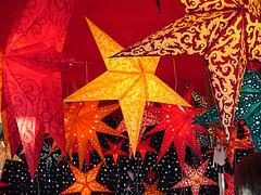 Estrellas gigantes colgadas del techo