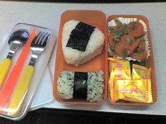 meal(1.0), lunch(1.0), sushi(1.0), ekiben(1.0), food(1.0), dish(1.0), cuisine(1.0), onigiri(1.0), bento(1.0),