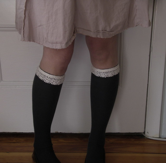 輪状ガーターの一例。knee high garters