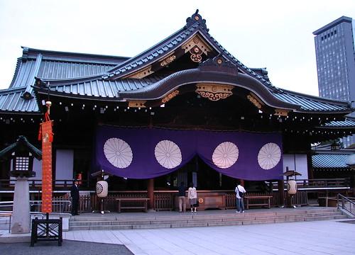 東京大神宮までは九段下駅出口から約10分ほどですので徒歩で行くことは難しくありません。