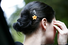 orange plumeria barrette in rachel's hair    MG 5714