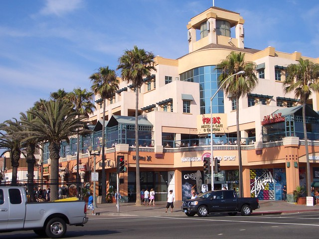 Huntington Harbour Mall is a neighborhood friendly shopping center located in the heart of Huntington Beach, CA. Home to many fine retailers, restaurants and services. Take a stroll through the courtyard and discover one of Southern California's favorite neighborhoods.