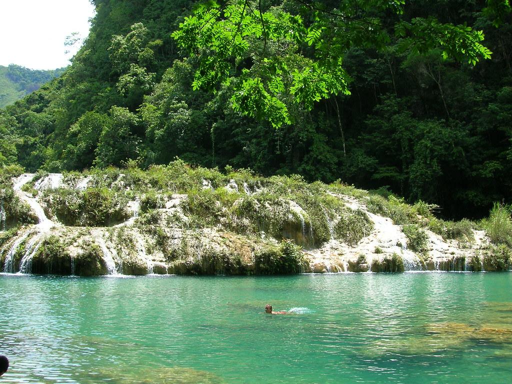 El ca n de las piscinas color turquesa en guatemala for Canon piscina