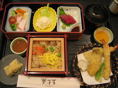 bento(0.0), meal(1.0), lunch(1.0), ekiben(1.0), makunouchi(1.0), food(1.0), dish(1.0), cuisine(1.0), asian food(1.0),
