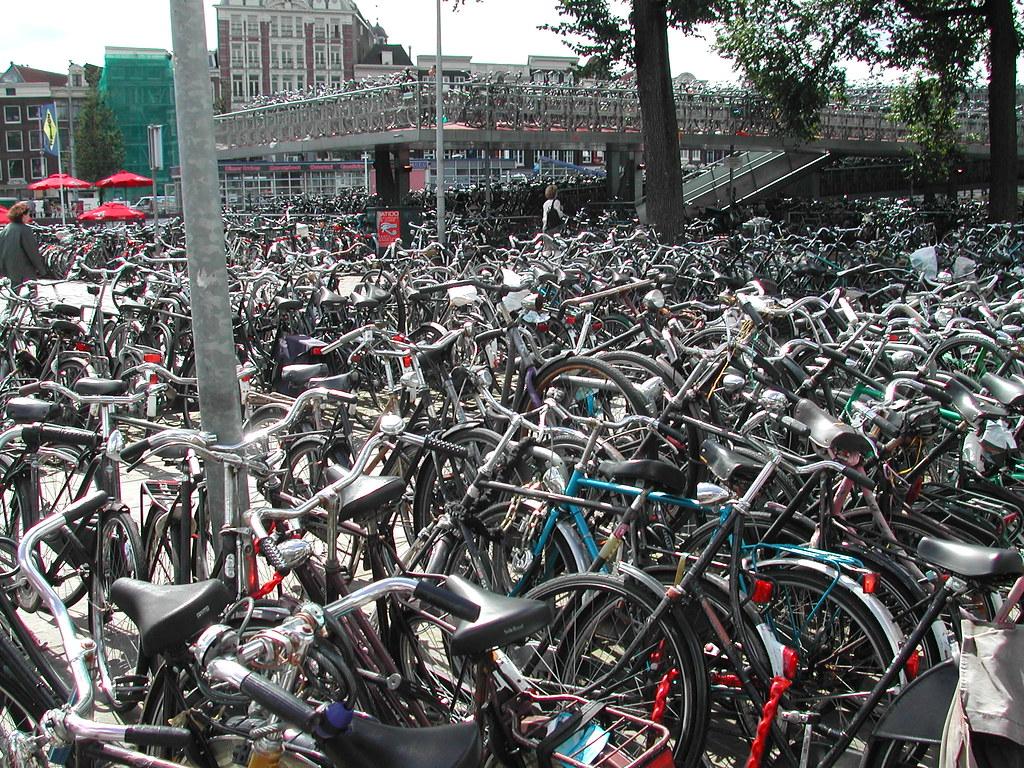 Amsterdam Centraal Bisiklet çok katlı parkı