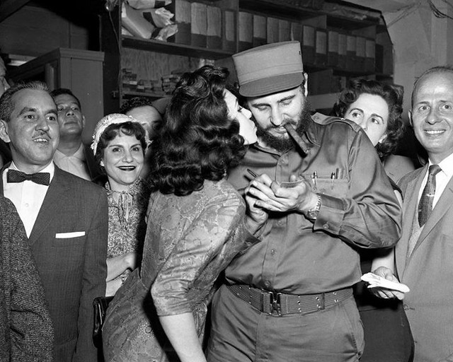 #Fidel Castro gets a kiss while signing autographs in New York City, a few months after the Cuban Revolution in 1959 [1000x800] #history #retro #vintage #dh #HistoryPorn http://ift.tt/2hlEyXn