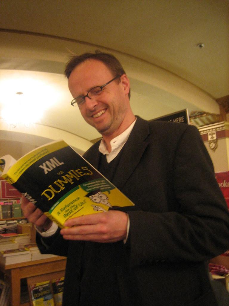 Håkon Wium Lie reading XML for Dummies book