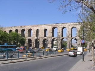 תמונה של Valens Aqueduct ליד İstanbul. istanbul aqueduct valens