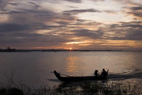 sunrise river boat fishing fisherman cambodia phnompenh tonlesap