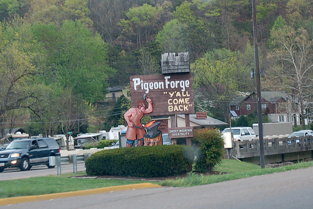 Pigeon Forge: Y'all Come Back Sign