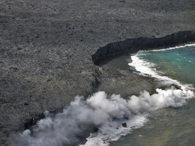 Flujo de lava del Mauna Loa llegando al océano Pacífico