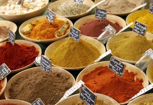 spezie al mercato, oli essenziali e aromaterapia con le spezie