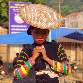 "7057 - vietnam - ""Lo Lo Den"" Tribe woman with traditional flat straw hat"
