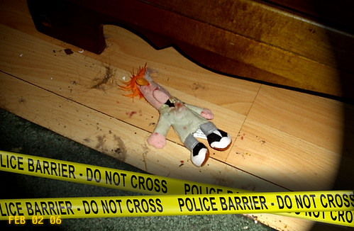 abgesperrter Tatort mit ermordeter Puppe