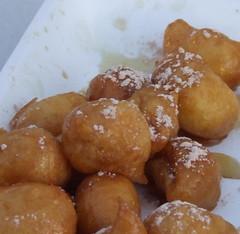 poffertjes(0.0), produce(0.0), profiterole(0.0), dessert(0.0), loukoumades(0.0), pä…czki(0.0), malasada(1.0), oliebol(1.0), fried food(1.0), buã±uelo(1.0), baked goods(1.0), food(1.0), dish(1.0), cuisine(1.0), beignet(1.0),