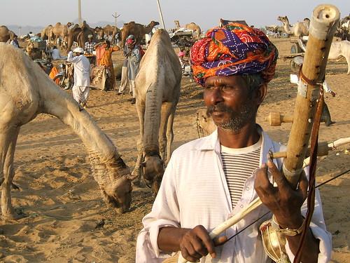 folk aritste at Pushakar playing rawanhatha