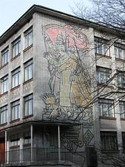 Schule in Sankt Petersburg mit Wandmosaik in Gedenken an die Oktoberrevolution; Photo: Kevin Hamm Creative Commons Licence Namensnennung, nicht kommerziell, Weitergabe unter gleichen Bedingungen