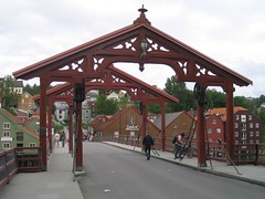 Puente antiguo sobre el Nidelven (Trondheim)