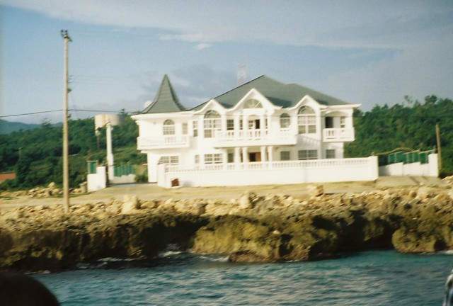 Beautiful house on the beach in an extremely rich section for Beautiful rich houses