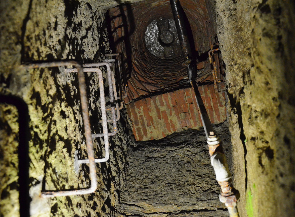 DSC_7664 Znojmo_Znojemske podzemi_vyusteni do kanalu na chodniku
