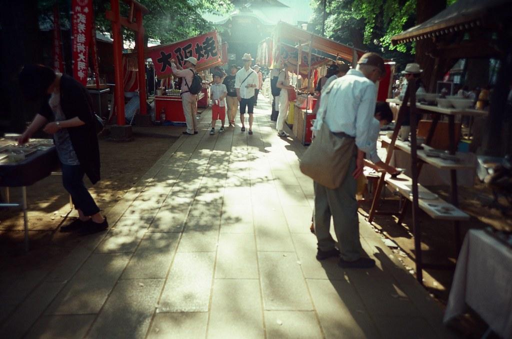 鬼子母神社 Tokyo, Japan / KODAK 500T 5219 / Lomo LC-A+ 這次來鬼子母神社就有遇到市集與祭典。  我想想那時候好像是下午的時候,荒川電車在開到王子站前突然因為前方有事故就停駛了,當下有點不知道該怎麼辦,很想去鬼子母神社走走。  後來我就冷靜一下,想想這裡一定有路線可以過去,好像打搭了南北線轉了山手線、再轉副都心線,最後在雑司が谷上來就到了。  我喜歡光線剛好逆光的打在石板路上。  在拍這畫面得時候一直想到妳,如果在畫面中該有多好。  Lomo LC-A+ KODAK 500T 5219 V3 7393-0023 2016-05-22 Photo by Toomore
