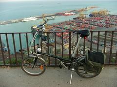 Es mi bicicleta con esa gran cantidad de 'modulos' dispuestos para ser cargados en barcos.
