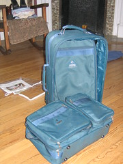bag(1.0), furniture(1.0), hand luggage(1.0), baggage(1.0), suitcase(1.0), blue(1.0),