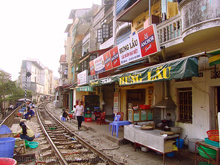 8614 - vietnam - Restaurant with view on the train track