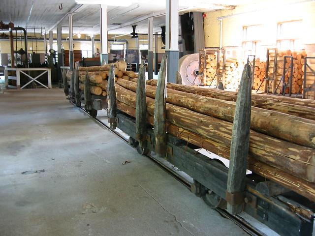 La madera, recién llegada y lista para cortar y procesar